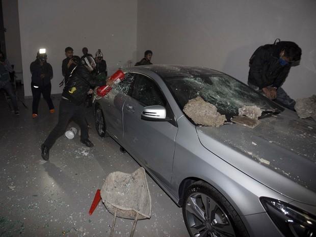 Carros de luxo em uma concessionária são atacados em São Paulo (Foto: Eduardo Verdugo/AP)