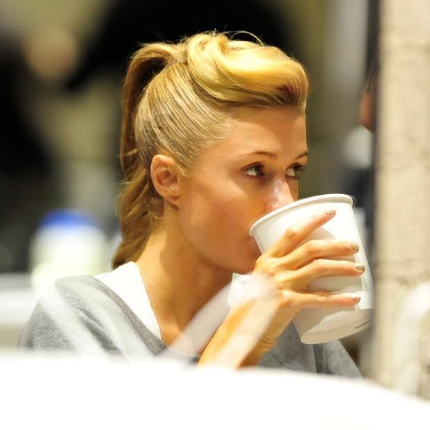 Correria? Paris Hilton toma sopa durante trato nos cabelos para o Grammy