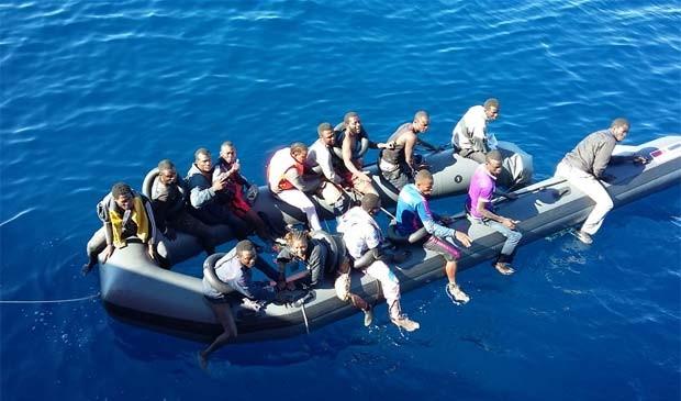 Imigrantes vindo do Marrocos foram resgatados agarrados a parte flutuante de uma embarcação na madrugada desta quinta-feira (29) (Foto: Reprodução/ Twitter/ Salvamento Marítimo)