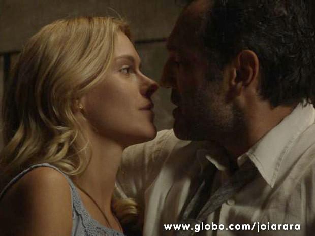 Iolanda e Mundo são completamente apaixonados, mas relação sofre resistência por parte do pai da moça (Foto: Joia Rara/ TV Globo)