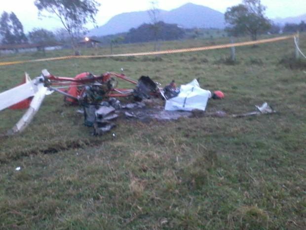 Veículo pegou fogo após queda (Foto: Corpo de Bombeiros de Porto Belo/Divulgação)