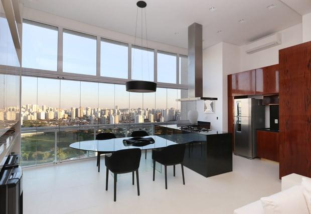 Apartamento com pé direito alto ganha mezanino na reforma (Foto: Divulgação)