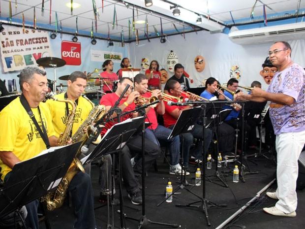 Maestro Lima Neto e Orquestra Metais comandam show, que conta com a participação de convidados como Gustavo Travassos e Maciel Melo (Foto: Divulgação / Galo da Madrugada)