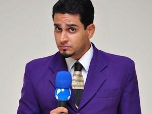O repórter linguarudo do 'TV Fama', programa da RedeTV (Foto: Divulgação/RedeTV)