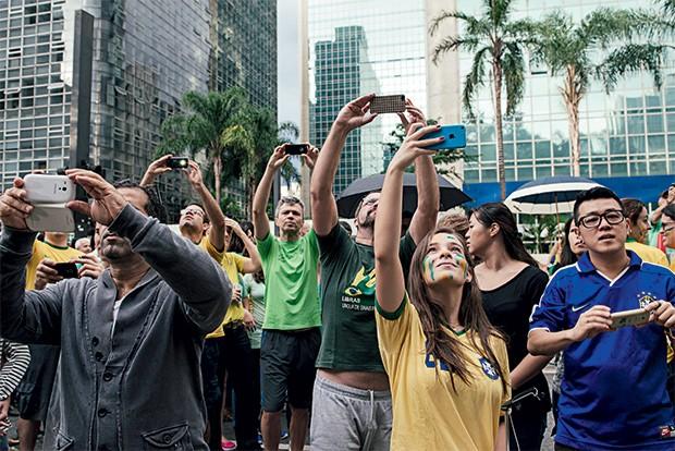 Manifestações  de 15 de março | 2015 Mais de 2,3 milhões de brasileiros saíram às ruas para protestar contra os políticos brasileiros. A organização ocorreu por correntes no WhatsApp e eventos no Facebook. Os alvos principais dos manifestantes foram a pre (Foto: Filipe Redondo/ÉPOCA)