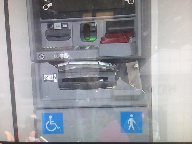 Criminosos tentaram explodir os caixas eletrônicos das agências (Foto: Reprodução/TV Asa Branca)