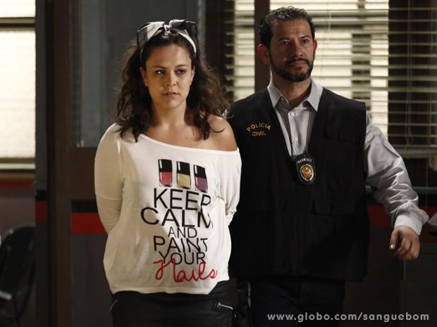 Junto com o sabotador, Socorro vai parar na delegacia (Foto: Inácio Moraes/TV Globo)