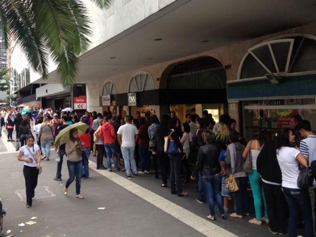 Público faz fila para experimentar doces vendidos em festival na Avenida Paulista, em São Paulo (Foto: Paula Paiva Paulo/G1)
