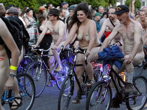 Ciclistas nus passeiam por Portland para defender a bicicleta como alternativa ao carro (Foto: REUTERS/Steve Dipaola)