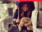 Carol Celico protege a filha com guarda-chuva: 'Um mês de chuva'