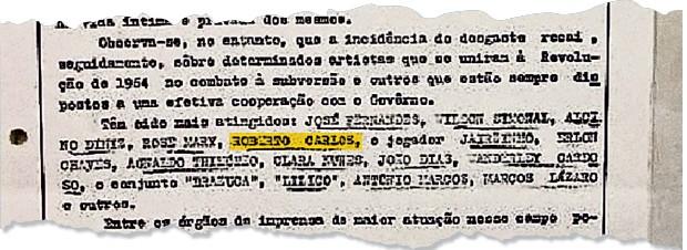 """PROXIMIDADE Roberto Carlos é condecorado pelo general Humberto de Souza Mello.  Ele foi listado  entre """"artistas  que se uniram  à Revolução""""  (Foto: Folhapress)"""