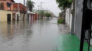 No Bairro Cajazeiras, ruas ficaram entupidas após chuva forte. Moradora reclama que o único bueiro de uma rua está entupido com lixo (Foto: Carlos Augusto/Arquivo Pessoal)