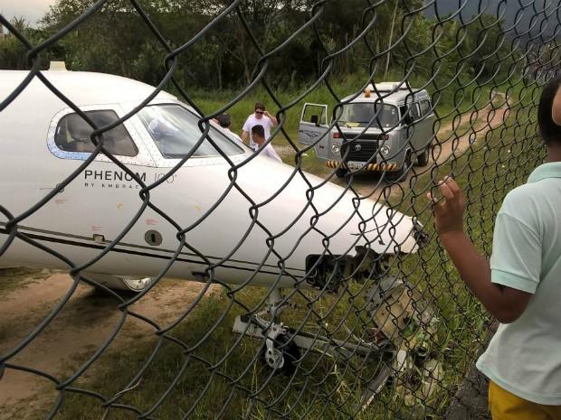 aeroporto - [Brasil] Avião sai da pista e atinge tela de proteção no aeroporto de Angra, RJ Rj1_aviao_sai_pista_-_alan_freitas_2