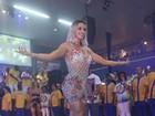 Juju Salimeni exibe coxas torneadas em noite de samba no Rio