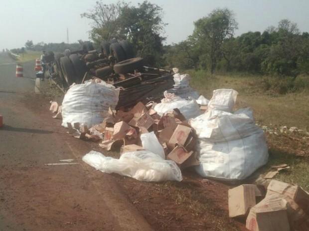 Caminhão tombou no acostamento da Castello Branco (Foto: Adolfo Lima / TV TEM)