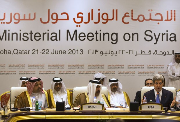 Representantes do Qatar e o secretário de estado dos EUA, John Kerry, durante reunião dos Amigos da Síria em Doha neste sábado (22) (Foto: Jacquelyn Martin/AP)