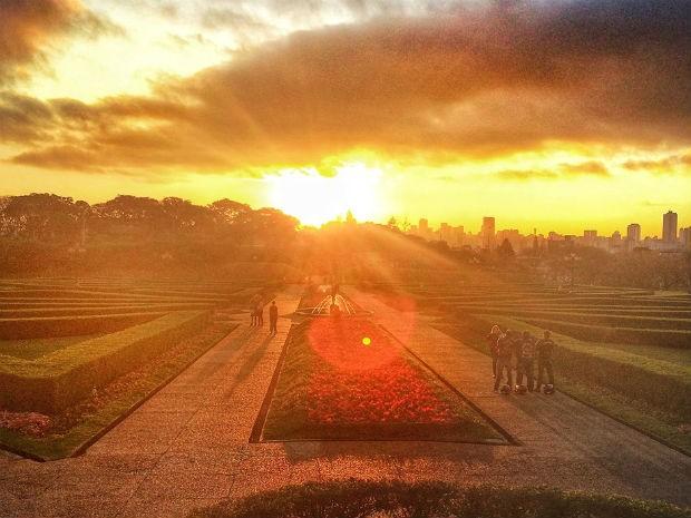 Leitor registrou o pôr do sol do último dia de inverno do Jardim Botânico, em Curitiba  (Foto: Lud Araújo / Arquivo pessoal )