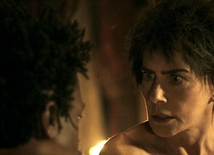 Dionísia passa a noite com Saviano e mostra marcas de agressão no corpo