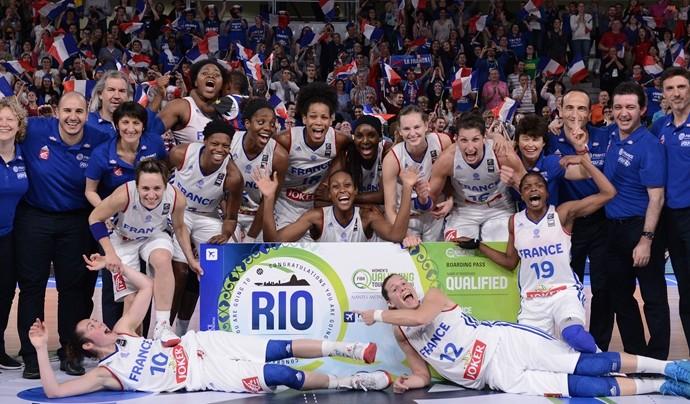 Francesas comemoram vaga na Olimpíada do Rio (Foto: Divulgação/FIBA)