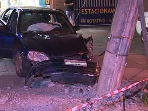 Carro bateu em poste durante persguição (Foto: Reprodução/RBS TV)