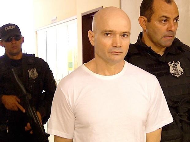 Alexandre Furtado Paes chegou à audiência escoltado por agentes penitenciários   (Foto: Inter TV Cabugi/Reprodução)