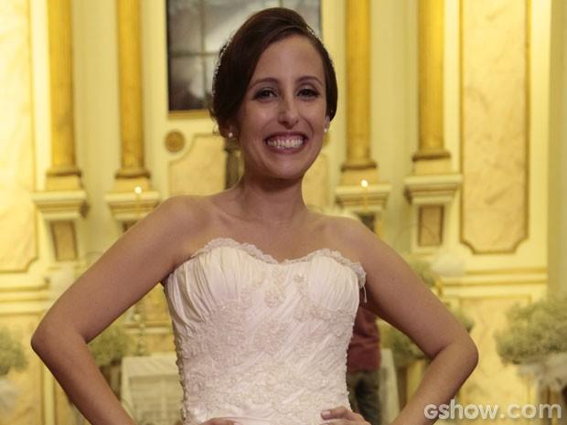 Cléo é só alegria com seu vestido de noiva (Foto: Felipe Monteiro/TV Globo)