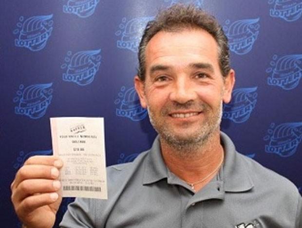 Resultado de imagem para Americano esquece bilhete premiado de US$ 1 milhão em carro por um mês fotos