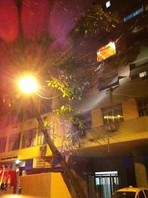 Incêndio atinge prédio em Copacabana, Zona Sul do Rio. (Foto: José Raphael Berrêdo / G1)