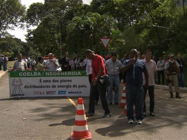 Protesto de funcionários da Coelba  (Foto: Imagens/TV Bahia)