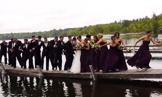 Convidados posavam para foto em píer quando estrutura quebrou e todos foram parar na água (Foto: Reprodução/Vimeo/megjenae)