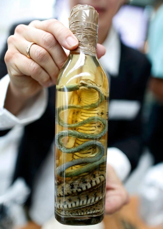 Garrafa de vinho com cobra em conserva foi apreendido pela alfândega alemã (Foto: Ina Fassbender/Reuters)