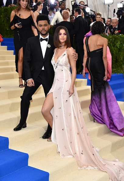 Selena Gomez e The Weeknd fazem primeira aparição oficial no red carpet do Met Gala 2017 (Foto: Getty Images)