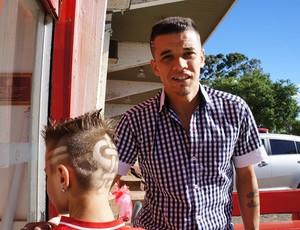 D'Alessandro recebe pequeno torcedor no Beira-Rio (Foto: Diego Guichard / GLOBOESPORTE.COM)