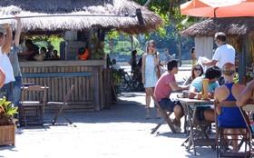 Elenco de Fina Estampa agita a praia da Barra da Tijuca