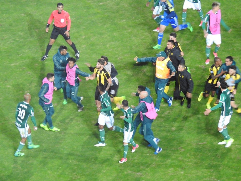 Partida entre Peñarol e Palmeiras foi marcada por confusão (Foto: Felipe Zito)