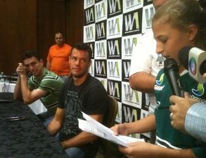 Fã de Wilson lê carta de despedida ao ex-goleiro do Figueirense (Foto: João Lucas Cardoso / GLOBOESPORTE.COM)