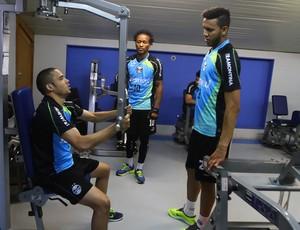 Souza fez exercícios físicos no treino desta segunda-feira no Grêmio (Foto: Lucas Uebel/Grêmio FBPA)