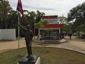 Flamengo Ninho do Urubu Entrada (Foto: Ivan Raupp / GloboEsporte.com)