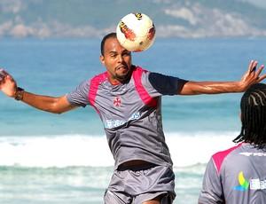Alecsandro no treino do Vasco na praia (Foto: Ivo Gonzalez / Agencia O Globo)