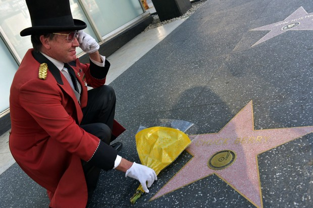 Fã presta homenagem a Chuck Berry em Hollywood (Foto: Rodin Eckenroth / GETTY IMAGES NORTH AMERICA / AFP)
