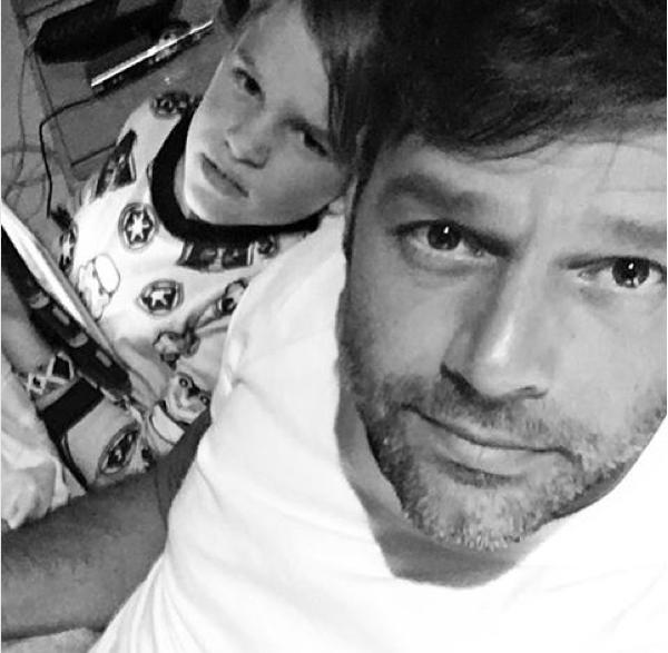 Ricky Martin com um dos filhos (Foto: Instagram)