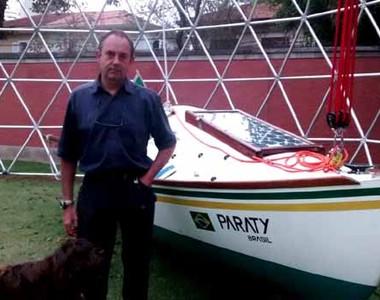 Amyr Klink, em sua casa, ao lado do barco I.A.T (Foto: Barbara Bigarelli)