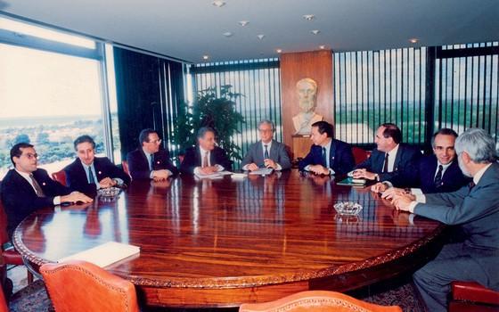 Itamar Franco,como presidente comanda,em outubro de 1993,reunião com a equipe que fez o Real.Plano engenhoso venceu a guerra contra inflação (Foto: Adauto Cruz/CB/D.A Press)