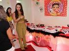 Viviane Araújo ganha festa de fãs e recebe vários presentes