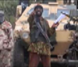 Abubakar Shekau, líder do grupo terrorista Boko Haram, anuncia em vídeo que é responsável pelo sequestro de quase 300 meninas no norte da Nigéria (Foto: AP)