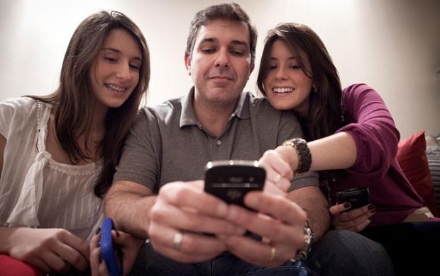 Luis Rogério de Souza Neto, de 45 anos, se conecta com as filhas pelo serviço BBM (BlackBerry Messenger) (Foto: Caio Kenji/G1)