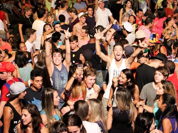 Noite de carnaval em Cambuí, MG, na sexta-feira (Foto: Cristovam Silva / VC no G1)