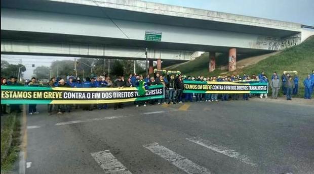 Manifestantes em Curitiba (Foto: Agência Brasil)