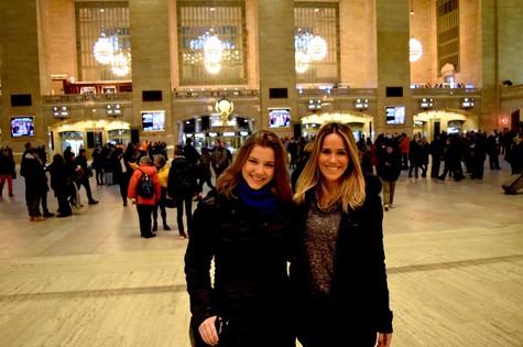 Alice Wegmann e a apresentadora Fernanda Pontes (Foto: Reprodução )