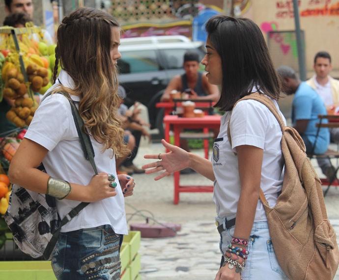 Alina fica chocada com a desconfiança de Krica (Foto: Bruno Cavalieri/Gshow)